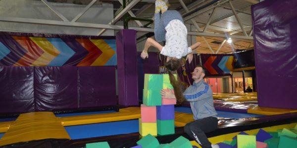 Акробатические трюки на батутах