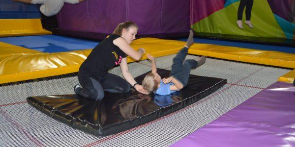 Акробатика для детей на батуте